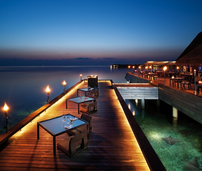 w-retreat-spa-maldives-malediwy-bufet-rozrywka.jpg