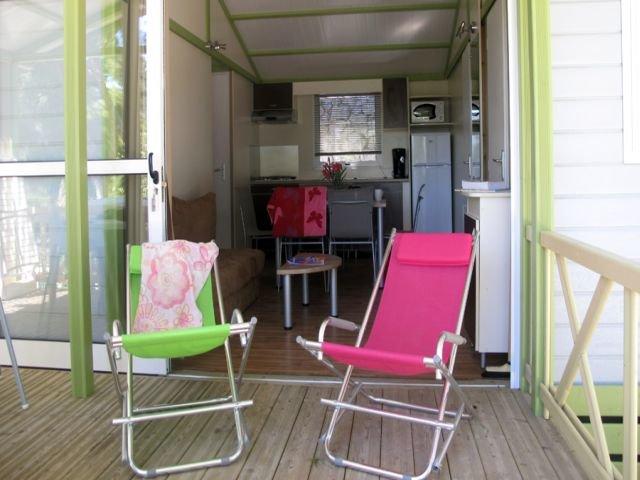 camping-le-mas-francja-wybrzeze-morza-srodziemnego-martigues-budynki.jpg